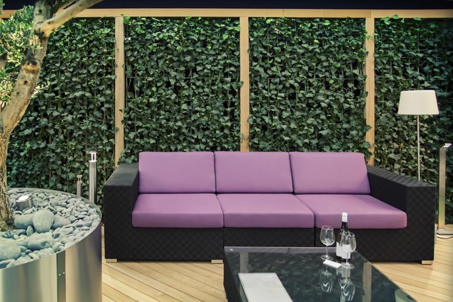 Barriere de jardin en composite et équipée du lierre