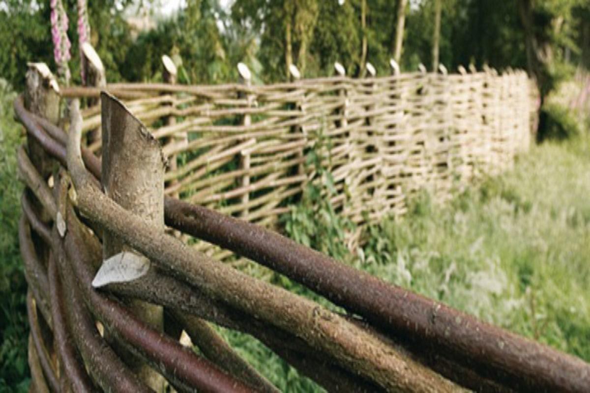 Barrière de jardin tressée | Choisir du bois, prix, tressage